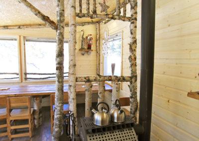 vue intérieur du bâtiment commun à Älgbäck en Laponie suédoise : la grande table et le poêle à bois