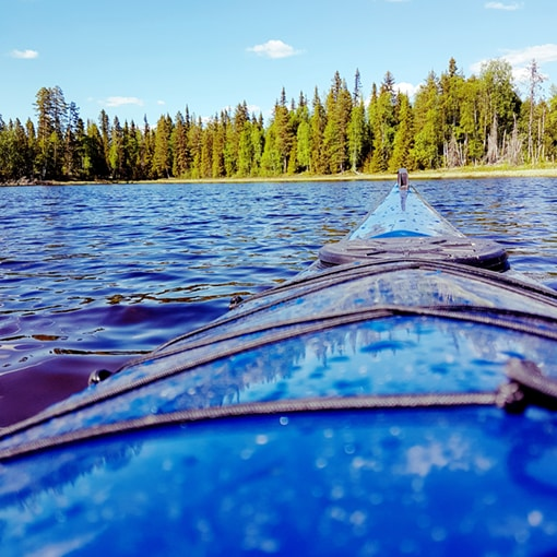 Le raid canoë sur la rivière, un des temps forts de notre séjour multi activités en Laponie