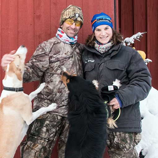 Rémy et Aurélie devant leur base avant le départ pour en raid chien de traîneau Laponie