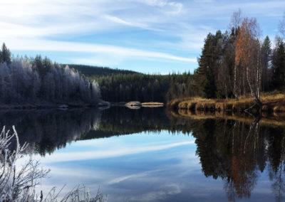 La rivière Örån en automne, avec les premiers frimas sur la rive