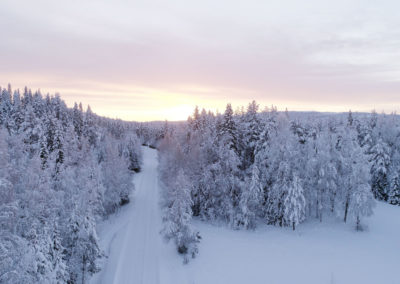 Vue aérienne de la forêt ennneigée, chez nous en Laponie